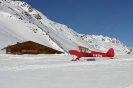 Outre la motoneige et le traîneau, l'avion et l'hélico mènent aussi au refuge du col de Sarenne depuis l'aérodrome grenoblois du Versoud. (DR)