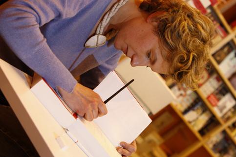 <h3><a href='' _fcksavedurl='' _fcksavedurl=''http://www.evene.fr/celebre/biographie/anna-gavalda-4228.php'' target=''_blank''>04 - Anna Gavalda</a></h3><strong>784 000 exemplaires</strong><br /><br />Comme l'an passé, elle est à la quatrième place. Elle doit en partie son succès à la publication d'une nouveauté : <i>L'Échappée belle</i>. En fait, cette longue nouvelle n'est pas vraiment inédite, elle avait déjà été publiée par un club de livres. Mais cette parution au Dilettante, éditeur auquel la romancière est fidèle depuis ses débuts, a dopé ses chiffres.