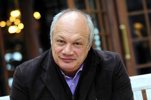 <h3><a href='' _fcksavedurl='' _fcksavedurl=''http://www.evene.fr/celebre/biographie/eric-emmanuel-schmitt-798.php'' target=''_blank''>09 - Éric-Emmanuel Schmitt</a></h3><strong>552 000 exemplaires</strong><br /><br />Même place que l'an dernier pour cet ancien professeur de philo qui est aussi cinéaste et dramaturge (il est joué dans une quarantaine de pays !). Son dernier roman conte, en cent petites pages, l'histoire d'un adolescent maigre qui devient un grand sumo par la seule force de la volonté. <i>Le Sumo qui ne pouvait pas grossir</i> (Albin Michel) a conquis un public friand de belles paraboles.