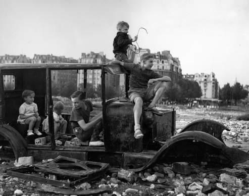 Robert Doisneau, la voiture fondue, 1944 © Atelier Robert Doisneau
