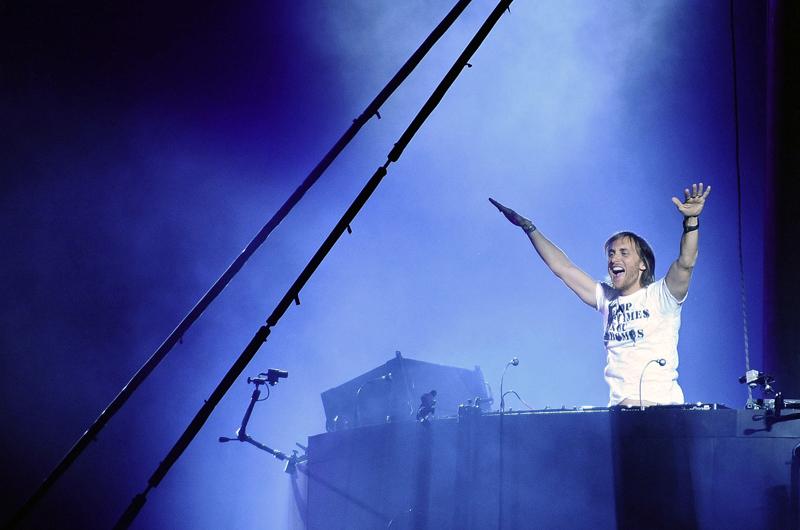 <b>4/ David Guetta • 1,552 million d'euros</b><br>Véritable star de la nuit avec sa femme Cathy, le DJ blond, fan de house et d'électro est, à 42 ans, le plus gros vendeur français de disques au monde. L'an dernier, ses albums ont généré au moins 15 millions d'euros de chiffre d'affaires auquels s'ajoutent les droits d'auteur sur les tubes d'artistes qu'il produit comme Black Eyed Peas ou Kelly Rowland. Son dernier album s'est vendu à 300 000 exemplaires en France. Homme d'affaire avisé, l'ancien patron des Bains Douches négocie ses prestations sur scène entre 30 et 50 000 euros. Il a signé un contrat publicitaire avec les casques Sennheiser. Il serait en discussion avec Rihanna, Jay-Z, Lady Gaga et même Madonna pour leur écrire un titre.