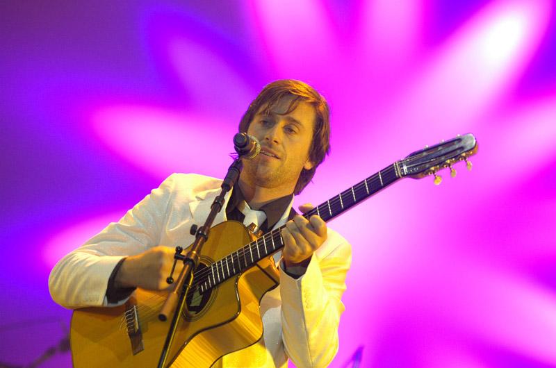 <b>17/ Thomas Dutronc • 702 268 euros </b><br>Co-auteur, co-compositeur, co-éditeur, ce passionné de jazz manouche de 37 ans cisèle des textes plein d'humour. Virtuose de la guitare, troubadour au coeur tendre, il a pris son envol en 2008. En 2009, Comme un manouche sans guitare remporte la Victoire de la chanson originale. Sa force à lui, c'est la scène : il adore cela. De concerts en festivals, il a accompli un tour de France en 61 dates : des petites salles de province au Bataclan ou au Zenith, il a fait salle comble. Il a aussi le sens des affaires et a créé l'an dernier sa société, Tomdu Productions.