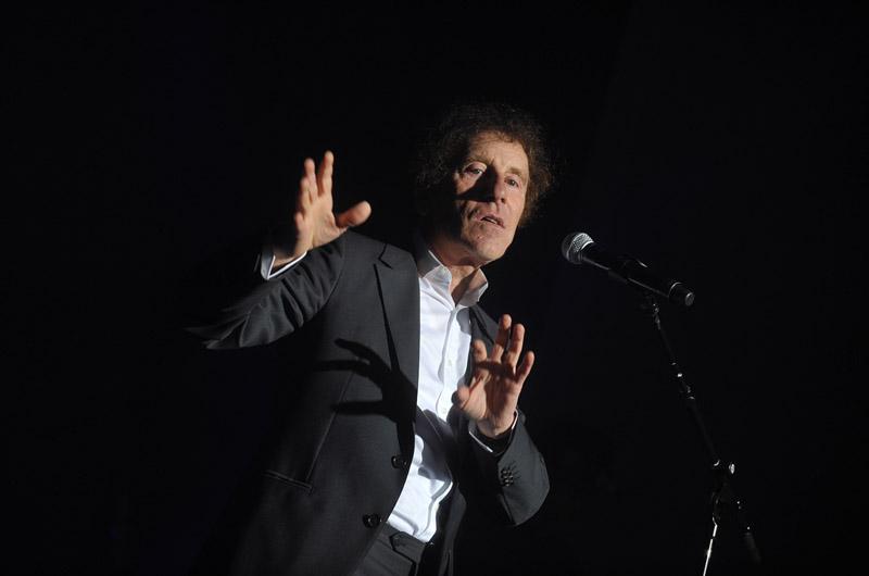 <b>19/ Alain Souchon •572 000 euros </b><br>Le succès du dernier album d'Alain Souchon, Ecoutez d'où ma peine vient, dont il est co-auteur et co-compositeur, s'est poursuivi l'année dernière ainsi que la tournée en province et à Paris du sexagénaire dont les tubes ne se fanent pas. Pour prolonger les ventes de CD, sa maison de disque, EMI, a aussi édité plusieurs compilations. Alain Souchon passe de la 8ème place de notre palmarès l'an dernier à la 19e cette année.