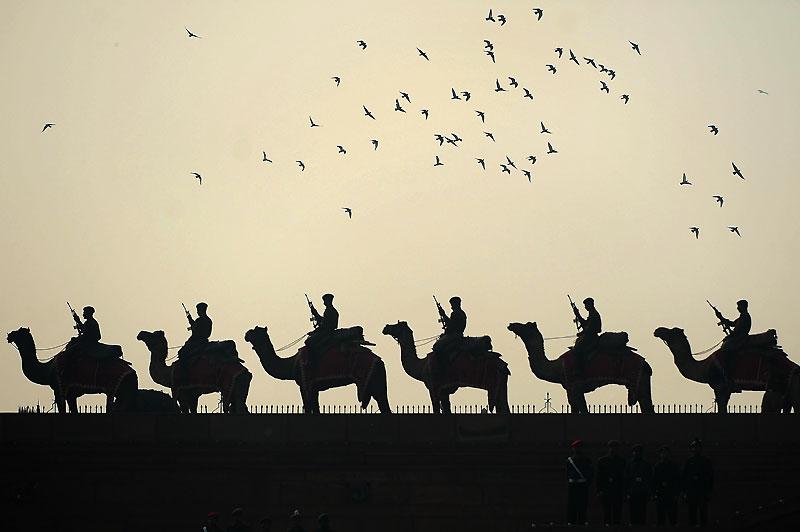 Répétition. Des soldats indiens s'entrainent, jeudi 21 janvier, pour la fête de la République qui sera célébrée le 26 janvier. C'est ce même jour, en 1950, que l'Inde a adopté sa nouvelle constitution et est ainsi devenue une République, séparée définitivement de la domination britannique. Les festivités y sont spectaculaires : la garde présidentielle ouvre notamment un long défilé composé de chars d'apparat, de militaires, de danseurs, de chameaux et d'éléphants.