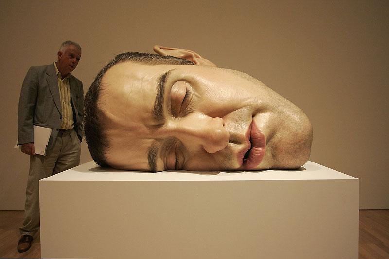 Monstres et merveilles. La «National Gallery of Victoria» de Melbourne est actuellement investie des sculptures de Ron Mueck. L'exposition prend des apparences de cabinet de curiosités ou de laboratoire médical, où seraient tantôt exposées, tantôt analysées, d'étranges créatures venues d'ailleurs…