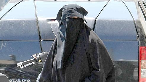 Une femme porte un niqab, voile intégral ne laissant que les yeux apparents, à Vénissieux