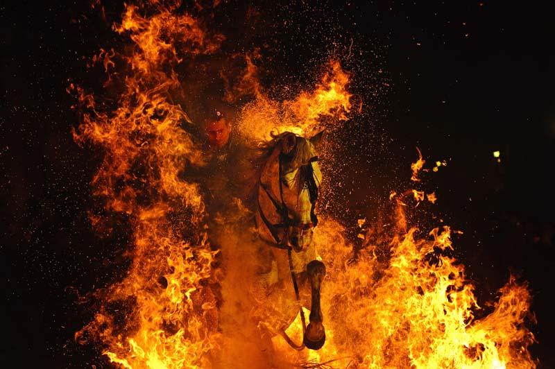 Le brasier est bien réel, mais le cheval n'est pas plus affolé que son cavalier. Tous deux ne font que se livrer à un exercice rituel, moins effrayant et dangereux qu'il n'y paraît : sauter par-dessus l'un des feux de joie allumés sur la place du village castillan de San Bartolomé de Pinares en l'honneur du «réveillon de saint Antoine», veille du jour (le 17 janvier) où des milliers d'églises chrétiennes célèbrent « la messe des animaux ». Une antique tradition qui autorise chaque année les fidèles à venir faire bénir leurs animaux, en hommage à leur saint patron, Antoine, un ermite du IIIe siècle que l'on représente souvent accompagné d'un cochon ou d'un chien.