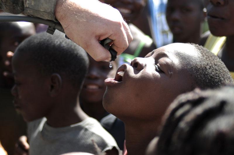 Goutte à goutte… Un parachutiste américain donne de l'eau à une fillette assoiffée, à Port-au-Prince, samedi 23 janvier. La distribution de nourriture, d'eau et de soins médicaux se poursuit notamment dans les 500 camps de fortune, où s'entassent 610 000 personnes. Un mot est sur toutes les lèvres : reconstruction.  /><a href=''http://www.lefigaro.fr/international/seisme-en-haiti.php'' target=''_blank'' >(DOSSIER SPÉCIAL &#8211; Haïti dévasté) </a></b>&nbsp;&raquo; height=&nbsp;&raquo;314&Prime; /></p> <p align=
