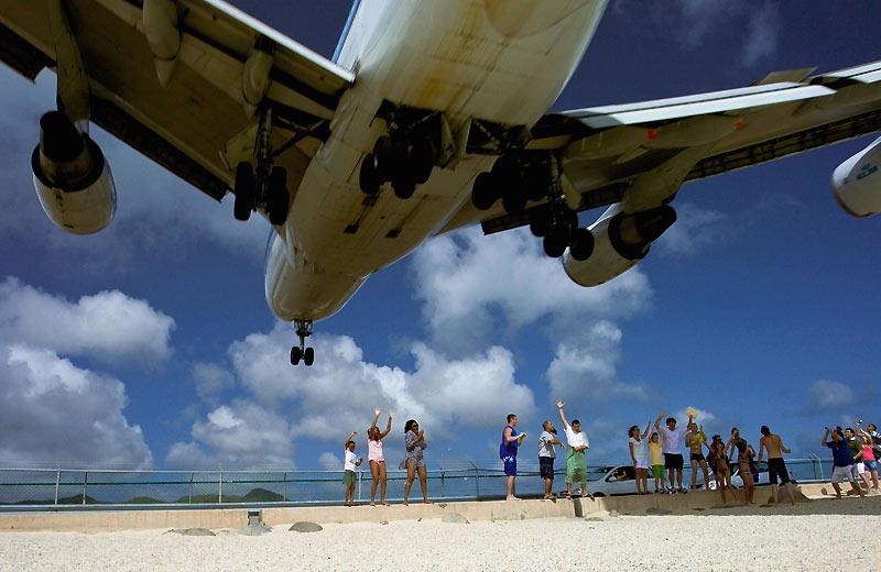 Vol au dessus… de badauds ! Image impressionnante d'un atterrissage à l'aéroport «Princesse Juliana» qui se situe du coté néerlandais de Saint-Martin (Antilles), où des curieux regardent avec beaucoup d'intérêt de gros avions leur passer tout près…