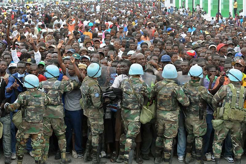 Submergés… Une opération de distribution d'aide quotidienne a viré au chaos lundi 25 janvier, à Port-au-Prince, devant le palais présidentiel haïtien, alors que dix-huit Casques bleus uruguayens tentaient à eux seuls de contenir une foule d'environ 4.000 Haïtiens affamés.  /><a href=''http://www.lefigaro.fr/international/seisme-en-haiti.php'' target=''_blank'' >(DOSSIER SPÉCIAL &#8211; Haïti dévasté) </a></b>&nbsp;&raquo; height=&nbsp;&raquo;347&Prime; /></p> <p align=
