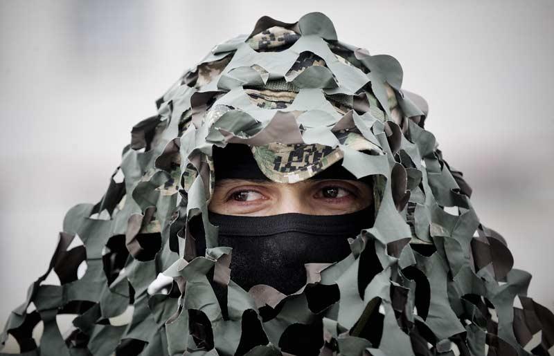 Camouflage. Un membre d'une unité militaire de Pristina, au Kosovo, présente, le 22 janvier, devant plus de 7500 membres le nouvel équipement destiné à dissimuler à la vue de l'ennemi les soldats.