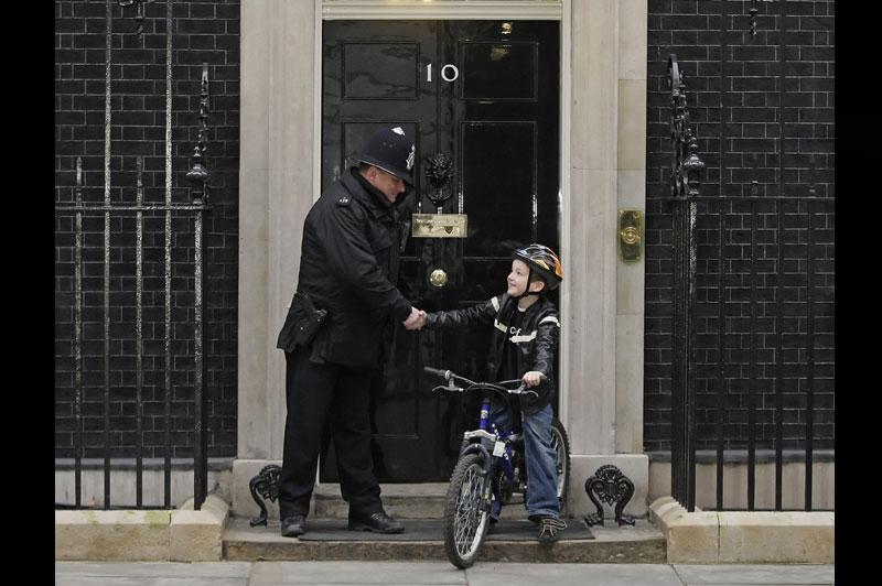 Merci Charlie ! Cet enfant, parti pour collecter 500 livres au profit de l'Unicef en faisant une tournée à bicyclette près de chez lui, à Londres, a finalement incité des centaines de personnes à faire des dons en ligne sur internet. À ce jour, plus de 180.000 euros ont été récoltés.