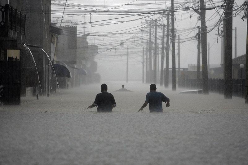 Pluies diluviennes. Depuis lundi, de fortes pluies orageuses s'abattent sur le sud-est du Brésil. Conséquences : le secteur de São Paulo est totalement inondé, ce qui paralyse pratiquement toute la ville.