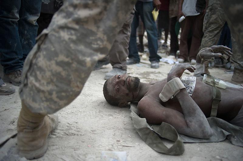 Dernier rescapé. Rico Dibrivell, cet homme de 35 ans, a été tiré des décombres mardi 26 janvier, soit deux semaines après le séisme qui a frappé Haïti. Il souffre d''une fracture à la jambe et de déshydratation. Plus d'une centaine de rescapés ont ainsi été tirés des gravats par les secouristes. Aujourd'hui, les recherches ont été officiellement déclarées fermées, mais des survivants sont encore retrouvés.  /><a href=''http://www.lefigaro.fr/international/seisme-en-haiti.php'' target=''_blank'' >(DOSSIER SPÉCIAL &#8211; Haïti dévasté) </a></b>&nbsp;&raquo; height=&nbsp;&raquo;311&Prime; /></p> <p align=