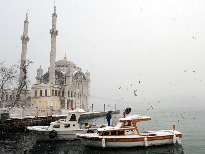 Depuis quelques jours, l'Est de l'Europe fait face à des températures exceptionnellement basses, jusqu'à -35°C. Des dizaines de personnes sont déjà mortes en Roumanie, en Pologne, en Bulgarie et en Turquie, où le dôme de la mosquée d'Ortaköy, à Istanbul, est blanchi par la neige.
