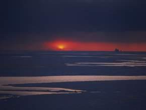 L'archipel des îles arctiques canadiennes, entrecoupé de poches d'eau libre, coeur du passage du Nord-Ouest, attise toutes les convoitises. Son sous-sol abriterait un quart des réserves mondiales d'hydrocarbures. (Philippe Bourseiller/JH Editorial)