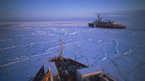 Le puissant brise-glace « Louis Saint-Laurent » (au premier plan), venu aider l'«Amundsen», pris dans une banquise épaisse de 5 à 6 mètres qui a dérivé depuis le pôle Nord. Situation très inhabituelle pour la saison. (Philippe Bourseiller/JH Editorial)