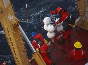 En pleine mer, l'équipage met à l'eau des balises destinées à évaluer les masses d'eau et les courants. Equipées de pièges à particules et d'hydrophones, elles resteront immergées entre six mois et un an. (Philippe Bourseiller/JH Editorial)