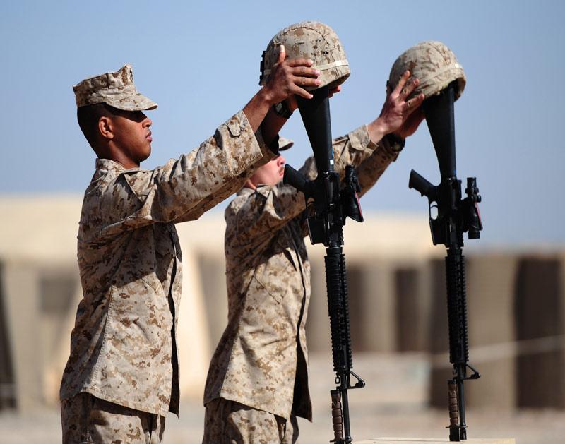 />Adieu.</b> Les Marines américains se préparent pour la cérémonie qui sera donnée en l'honneur de deux soldats tués dans la province de Helmand, en Afghanistan. Le sergent Daniel Angus, 24 ans et le caporal Lance Zachary Smith, 22 ans ont été abattus le 24 janvier dernier.» height=»388″ /></p> <p class=