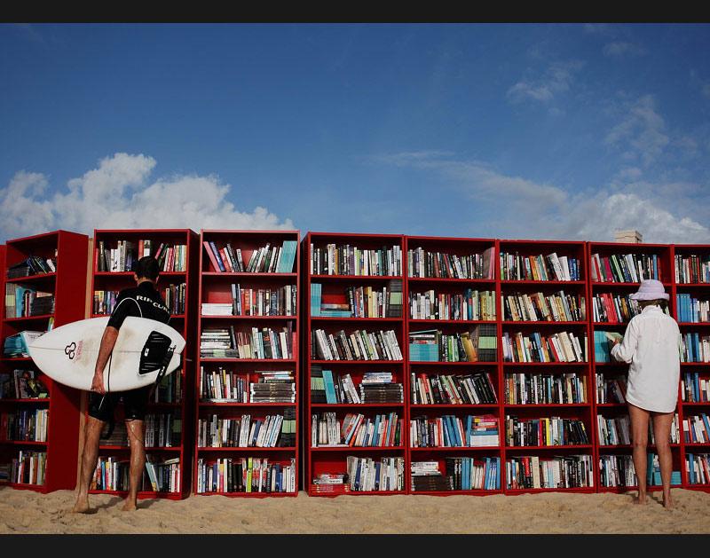 />Original.</b> Une bibliothèque a été installée sur la célèbre plage de Bondi, à Sydney, en Australie. Pour le plus grand plaisir des amateurs de livres et de soleil !» height=»364″ /></strong></font></p> <p align=