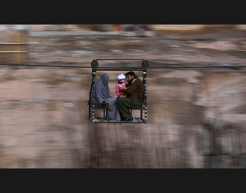 />Traversée atypique.</b> Cette famille Pakistanaise utilise un câble, à défaut de pont, pour traverser un fleuve à Rawalpindi, province du Pakistan.» height=»360″ /></p> <p class=