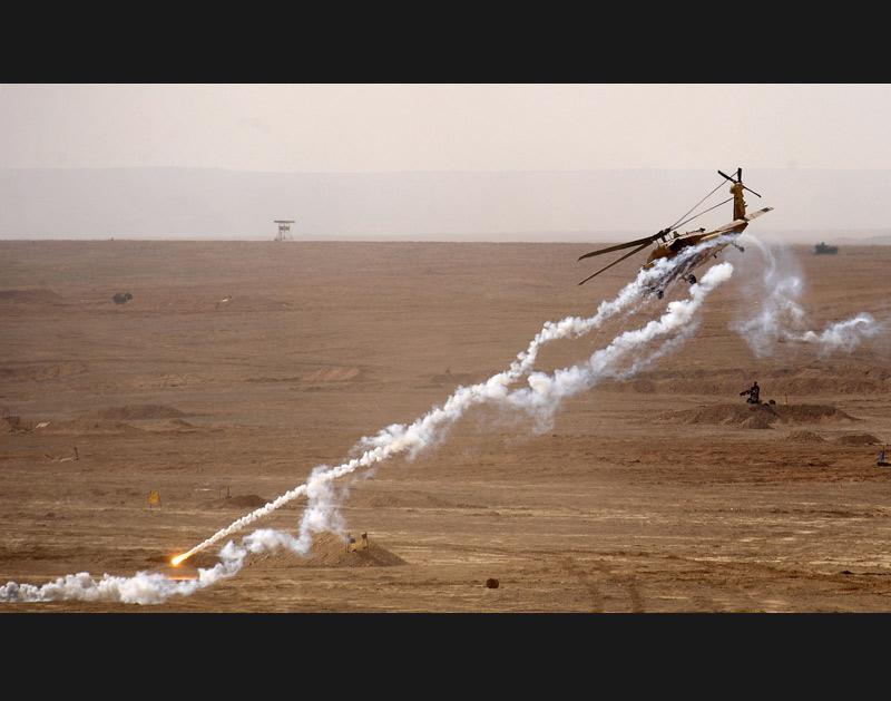 Le 2 février 2010, un hélicoptère israélien tire des fusées lors d'un exercice militaire dans la base de Shizafon, située au nord de la ville d'Eilat. Hier, les négociations en vue d'un échange de prisonniers entre le Hamas et Israël, qui concernent notamment le soldat franco-israélien Gilad Shalit, ont été interrompues.