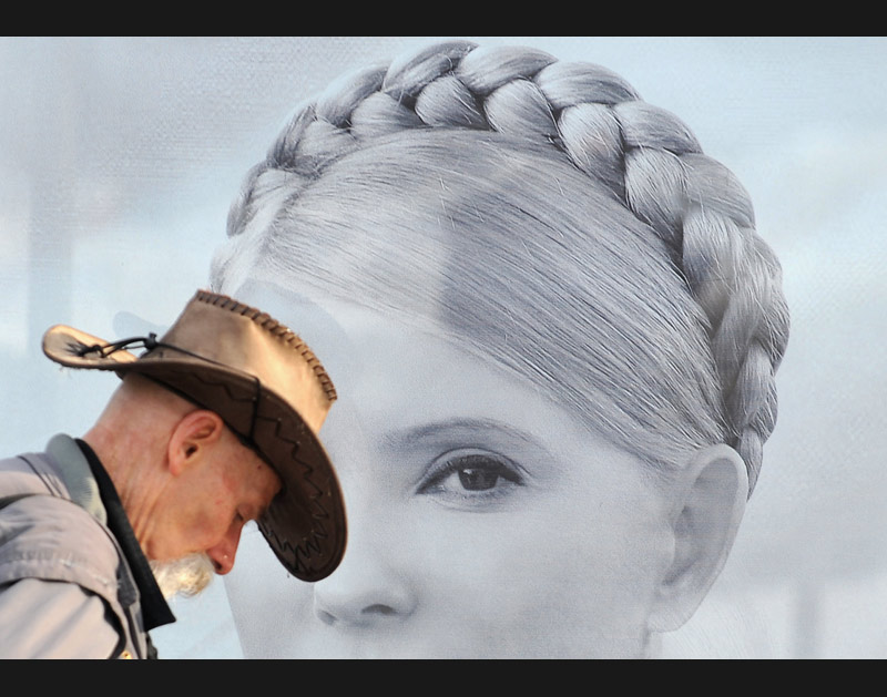 <b>Ukraine.</b> Kiev, le 3 février, un homme passe devant un portrait de Ioulia Tymochenko, affiché à l'occasion des élections présidentielles. Outre le président sortant, deux candidats sortent du lot, aux programmes et aux styles opposés. Le libéral et pro-russe Yanukovych face à cette femme, actuelle Première ministre et en faveur de mesures sociales. Le second tour est prévu le dimanche 7 février.