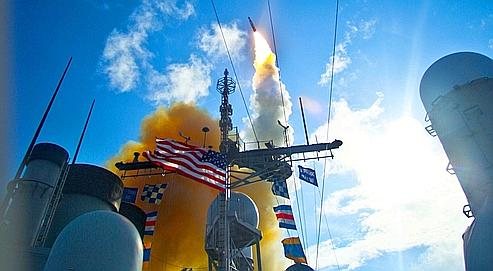 Un navire Aegis spécialisé dans la défense antimissile procède à un tir d'essai dans le Pacifique en juin dernier. Washington déploierait actuellement plusieurs de ces bâtiments au large des côtes iraniennes.