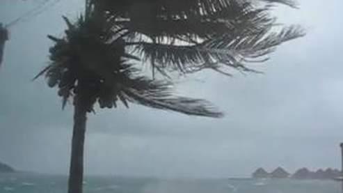 Le cyclone a déjà détruit plusieurs habitations à Bora-Bora.