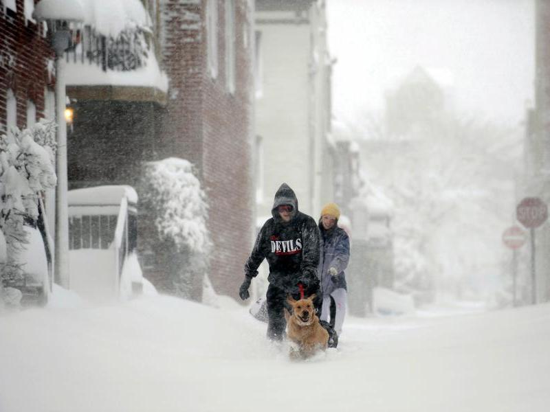 La tempête s'est étendue à tout l'Est des États-Unis, comme ici à Baltimore, dans le Maryland, qui s'est réveillé sous 50 cm de neige. Une alerte au blizzard a été lancée dans plusieurs États.