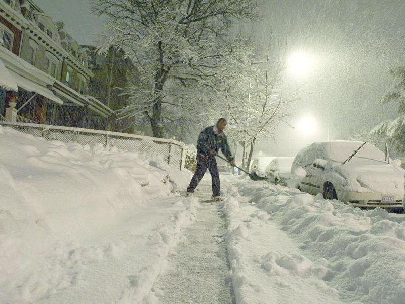 La neige s'amoncèle sur les routes et, sous son poids, des arbres se sont abattus sur des voitures. En Virginie, un homme et son fils ont été tués par une remorque de tracteur qui les percutés alors qu'ils s'étaient arrêtés pour venir en aide à un autre automobiliste.