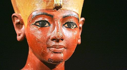 Une statuette en bois représentant le pharaon Toutankhamon.