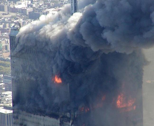<b>Une tour du World Trade Center en feu peu après l'attaque</b><br> Le 11 septembre 2001, deux avions, pilotés par des terroristes, percutent les tours jumelles du World Trade Center, à New York. Les deux tours prennent rapidement feu, laissant s'échapper une épaisse fumée noire dans toute la ville. Cette série de photos inédites a été prise par l'inspecteur Greg Semendinger depuis un hélicoptère de la police de New York, et diffusée par ABC News. <br>La chaîne de télévision américaine avait demandé il y a un an à l'Institut national des standards et de la technologie (NIST) d'accéder à son fonds d'images, en vertu de la loi américaine sur la liberté de l'information (FOIA).