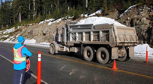 Des camions transportent de laneige vers lesite de Cypress Mountain à deux jours dudébut desJeux.