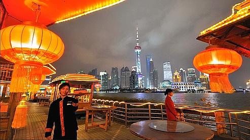 La magie s'empare de l'avenue historique du Bund (ici, la terrasse du restaurant Seagull) lorsque s'éclaire l'impressionnante «skyline» bâtie en moins de vingt ans, qui symbolise aujourd'hui le Shanghaï moderne.
