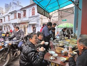 Thomas Chabrières a fondé Shanghaï Sideways, qui propose la visite de la ville en side-car.