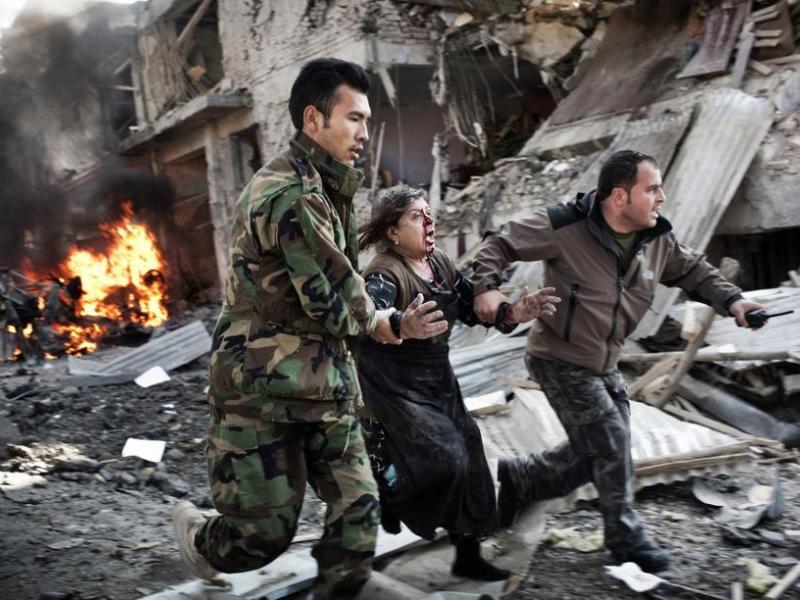 <b>SPOTS D'ACTUALITÉ CLICHE –</b> Cette photo d'une habitante de Kaboul évacuée des lieux d'un attentat suicide de l'Australien Adam Ferguson a remporté le premier prix.