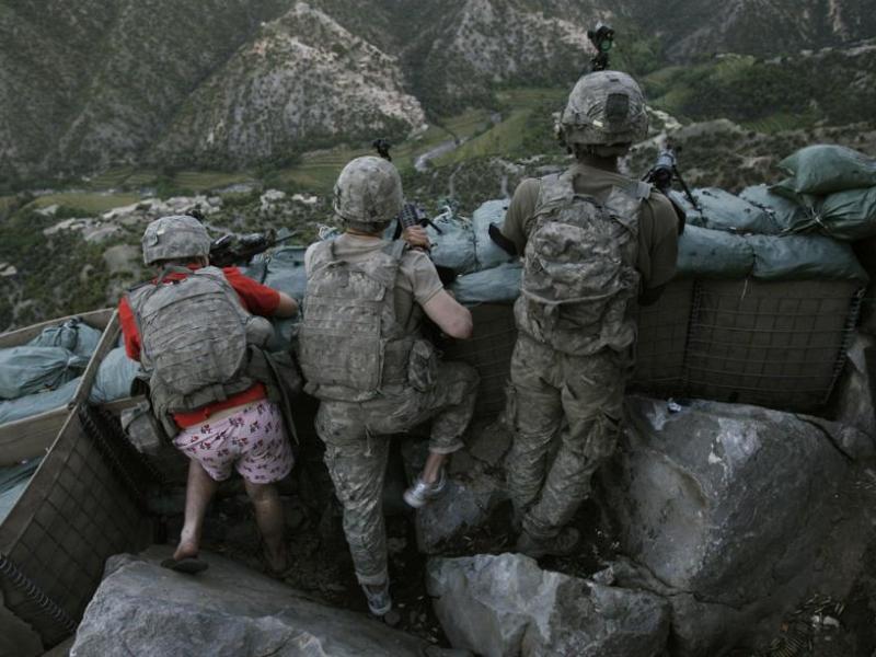 <b>PERSONNALITÉS CLICHE –</b> Deuxième prix pour cette photo de l'Associated Press montrant des soldats américains ripostant à des tirs des talibans. Un des militaires, surpris par l'attaque, n'a même pas eu le temps d'enfiler son pantalon.