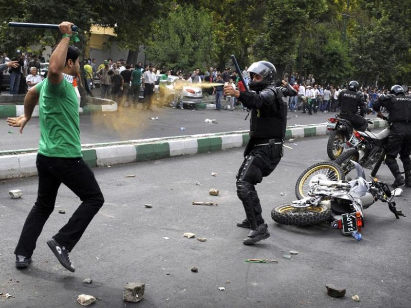 <b>SPOTS D'ACTUALITÉ PRESSE MAGAZINE - </b> Le Français Olivier Laban-Mattei de l'AFP a remporté le deuxième prix de la catégorie ''spots d'actualité'' pour son illustration des protestations post-électorales en Iran en juin 2009.