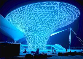 L'Exposition universelle, qui débutera le 1er mai, se veut l'une des plus époustouflantes et des plus écologiques de l'histoire, à l'image de cette immense corolle luminescente, autoalimentée en énergie solaire, située près du pavillon chinois. A gauche, l'idéogramme de Shanghaï. (Éric Martin/Le Figaro Magazine)