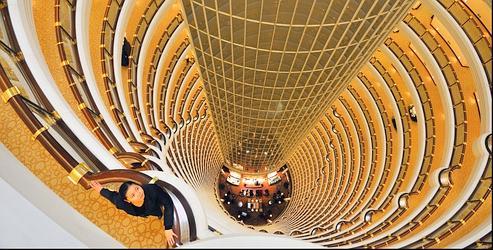 Plongeon vertigineux dans le luxe du Grand Hyatt. Install! entre le 53e et le 87e étage de la tour Jin Mao, ce 5 étoiles accueille businessmen et touristes au cour du quartier financier de Pudong.
