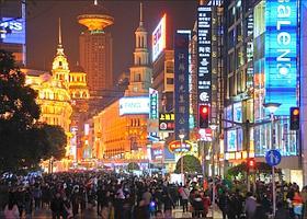 L'agitation commerciale d'hier a cédé la place à l'effervescence d'une foule immense, avide de biens de consommation, voire de produits de luxe dont la Chine est le troisième marché mondial en 2009. (Éric Martin/Le Figaro Magazine)