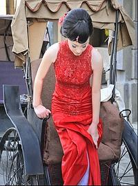 Cette jeune Shanghaïenne pose dans un décor de cinéma pour son album de mariage. (Éric Martin/Le Figaro Magazine)