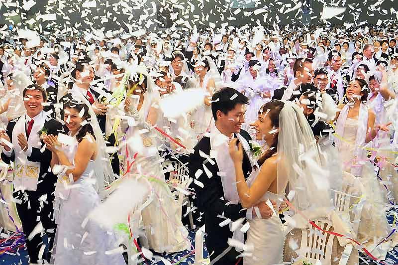 Des milliers de couples se sont unis, mercredi 17 février, lors d'une cérémonie de mariage de masse, organisée par l'Eglise de l'Unification, en Corée du Sud. Environ 7000 personnes se sont ainsi dit oui ou ont renouvelé leurs vœux. Les femmes en robe, les hommes en costume noir avec cravate rouge, une écharpe blanche autour du cou.