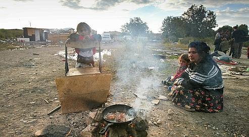 Une famille prépare à manger, le 26 septembre 2002 dans le bidonville de Vaulx-en-Velin, près de Lyon.