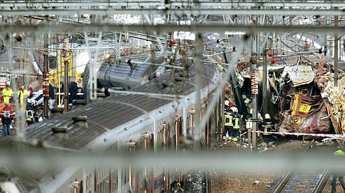 Le plan d'urgence a aussitôt été déclenclé. L'électricité a été coupée sur plusieurs lignes pour pouvoir évacuer les passagers des trains touchés.