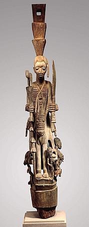Poteau de véranda sculpté. (© Staatliches Museum für Völkerkunde München, Photo Marietta Weidner)