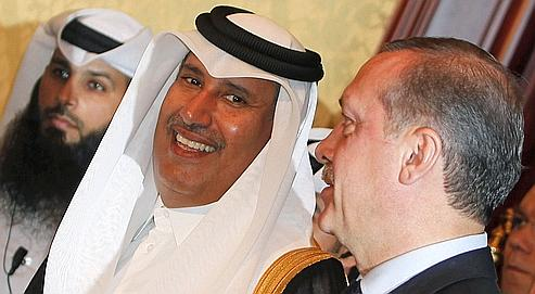 Le premier ministre et ministre des Affaires étrangères qatari Sheikh Hamad bin Jassem bin Jabr al-Thani et son homologue turc Recep Tayyip Erdogan, à Doha le 13 février dernier.