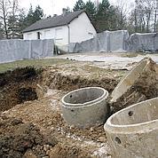Les corps des deux jeunes femmes ont été découverts sur son terrain.