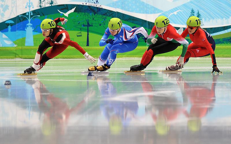 Mercredi 24 février, quatre athlètes féminines (Kalyna Roberge - qui a remporté la course -, Bernadett Heidum, Elise Christie et Katerina Novotna) se sont affrontées dans une épreuve de patinage de vitesse sur courte piste (en France, le short-track). Caractéristique principale de ce sport : réussir à maintenir une vitesse élevée (55 à 60km/h) tout en patinant sur une piste très serrée.